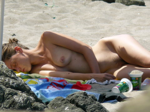 ヌーディストビーチで大胆に全裸で眠ってる美女たちのエロ画像集(28枚)・13枚目