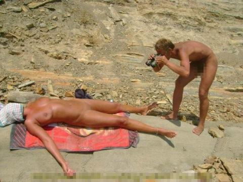 ヌーディストビーチで大胆に全裸で眠ってる美女たちのエロ画像集(28枚)・14枚目