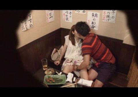 【裏山】居酒屋の個室でセックスするカップルのエロ画像(32枚)・15枚目