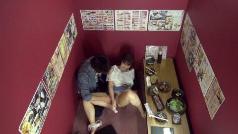 【裏山】居酒屋の個室でセックスするカップルのエロ画像(32枚)・2枚目