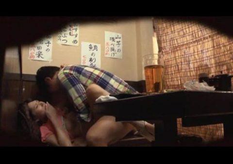 【裏山】居酒屋の個室でセックスするカップルのエロ画像(32枚)・20枚目