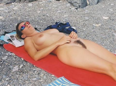 ヌーディストビーチで大胆に全裸で眠ってる美女たちのエロ画像集(28枚)・20枚目