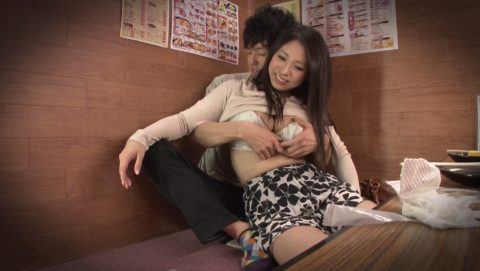 【裏山】居酒屋の個室でセックスするカップルのエロ画像(32枚)・21枚目