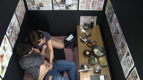 【裏山】居酒屋の個室でセックスするカップルのエロ画像(32枚)・28枚目
