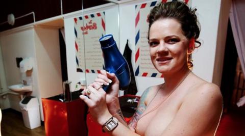 海外で摘発されたという全裸美容室の様子をご覧ください(画像29枚)・24枚目