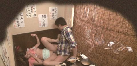 【裏山】居酒屋の個室でセックスするカップルのエロ画像(32枚)・32枚目