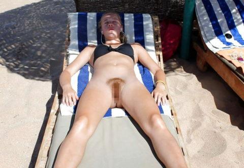 ヌーディストビーチで大胆に全裸で眠ってる美女たちのエロ画像集(28枚)・32枚目