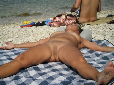 ヌーディストビーチで大胆に全裸で眠ってる美女たちのエロ画像集(28枚)・4枚目