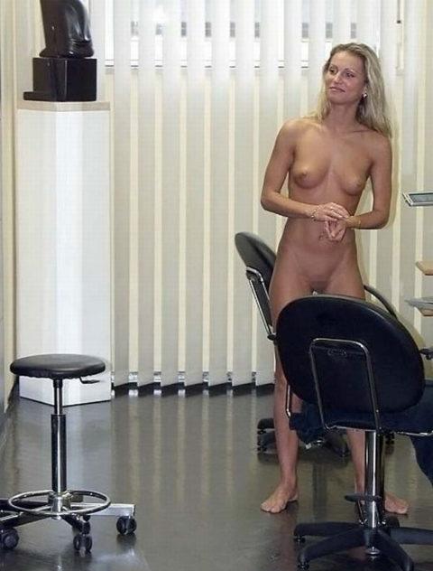 海外で摘発されたという全裸美容室の様子をご覧ください(画像29枚)・5枚目