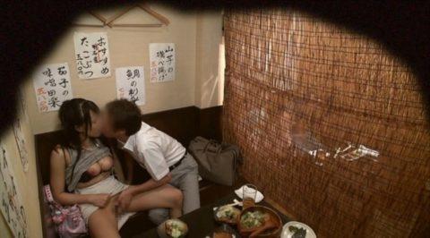 【裏山】居酒屋の個室でセックスするカップルのエロ画像(32枚)・5枚目