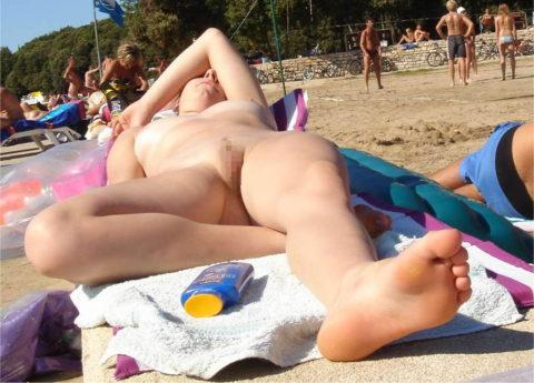 ヌーディストビーチで大胆に全裸で眠ってる美女たちのエロ画像集(28枚)・5枚目