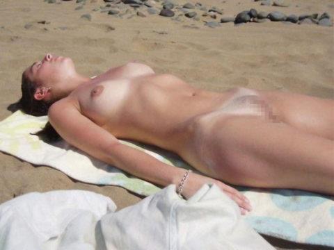 ヌーディストビーチで大胆に全裸で眠ってる美女たちのエロ画像集(28枚)・6枚目