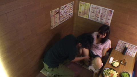 【裏山】居酒屋の個室でセックスするカップルのエロ画像(32枚)・7枚目