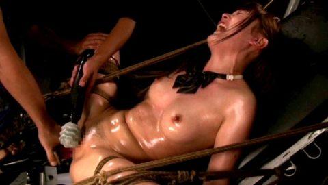 【イキ顔】拘束されてマシンバイブ責めされてるメス豚たちの画像集(29枚)・5枚目
