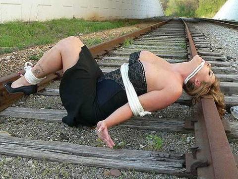 【調教】線路上に放置されて恐怖にひきつった女たちのエロ画像集(37枚)・1枚目
