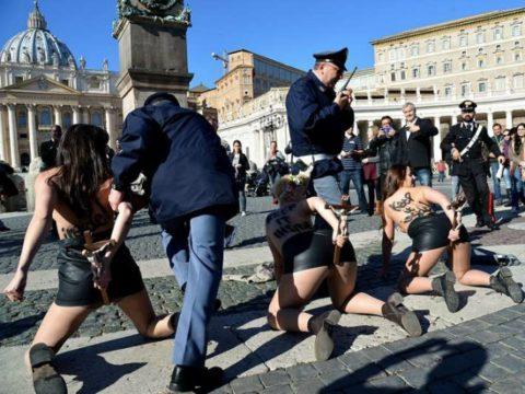デモでおっぱい晒して警察に取り押さえられる海外美女のエロ画像集(34枚)・1枚目