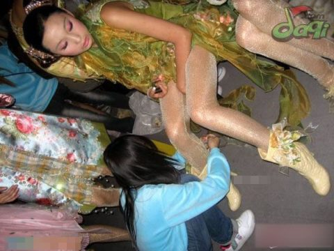 【画像】ファッションショーの舞台裏がヌード女子ばかりでエロ過ぎwwwwww・10枚目