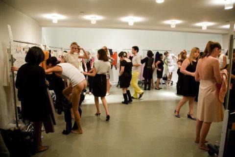 【画像】ファッションショーの舞台裏がヌード女子ばかりでエロ過ぎwwwwww・11枚目