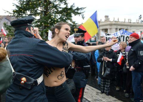 デモでおっぱい晒して警察に取り押さえられる海外美女のエロ画像集(34枚)・11枚目