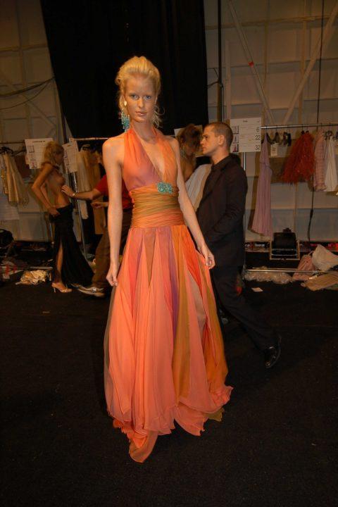 【画像】ファッションショーの舞台裏がヌード女子ばかりでエロ過ぎwwwwww・12枚目
