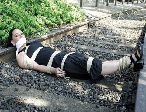 【調教】線路上に放置されて恐怖にひきつった女たちのエロ画像集(37枚)・12枚目