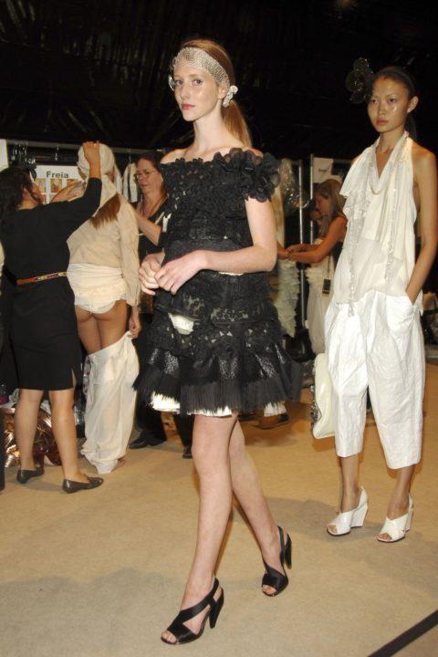 【画像】ファッションショーの舞台裏がヌード女子ばかりでエロ過ぎwwwwww・13枚目