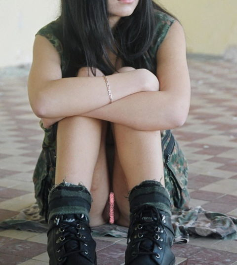 体育座り(三角座り)してるノーパン女子のエロさは異常wwwwwwwww(33枚)・13枚目