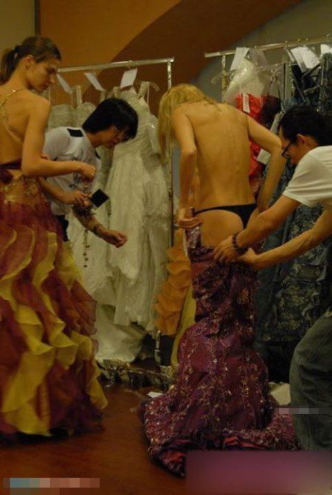 【画像】ファッションショーの舞台裏がヌード女子ばかりでエロ過ぎwwwwww・14枚目