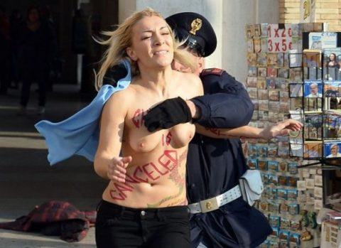 デモでおっぱい晒して警察に取り押さえられる海外美女のエロ画像集(34枚)・14枚目