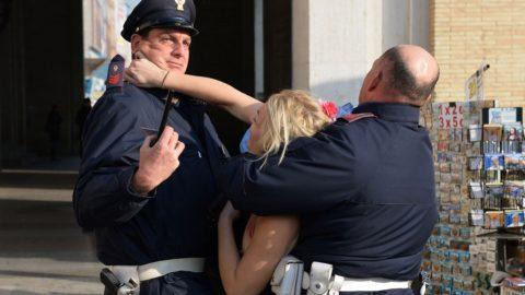 デモでおっぱい晒して警察に取り押さえられる海外美女のエロ画像集(34枚)・16枚目