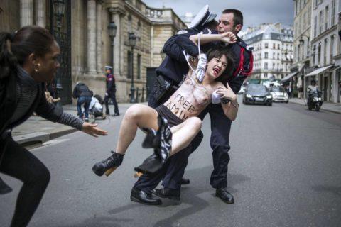 デモでおっぱい晒して警察に取り押さえられる海外美女のエロ画像集(34枚)・17枚目