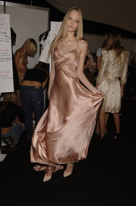 【画像】ファッションショーの舞台裏がヌード女子ばかりでエロ過ぎwwwwww・18枚目