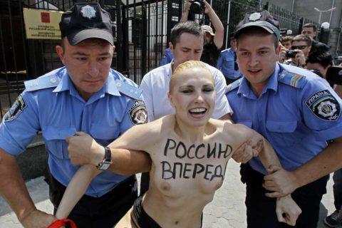 デモでおっぱい晒して警察に取り押さえられる海外美女のエロ画像集(34枚)・18枚目