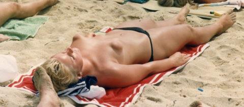 ヌーディストビーチで見つけたら勃起不可避なおっぱいがこちら(画像38枚)・19枚目