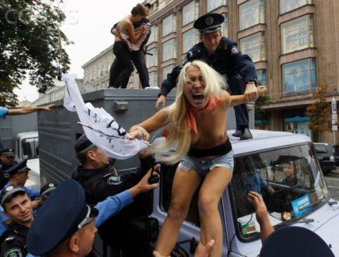 デモでおっぱい晒して警察に取り押さえられる海外美女のエロ画像集(34枚)・2枚目