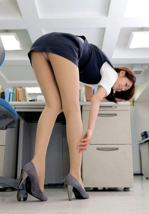 うちの女子社員がパンチラで誘惑してきて仕事に集中できないんだが…(画像35枚)・20枚目