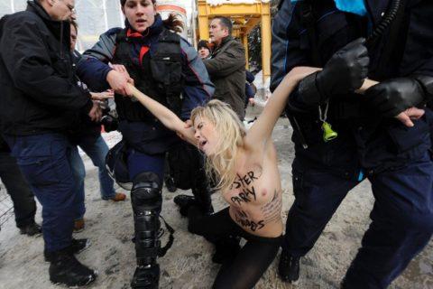 デモでおっぱい晒して警察に取り押さえられる海外美女のエロ画像集(34枚)・21枚目