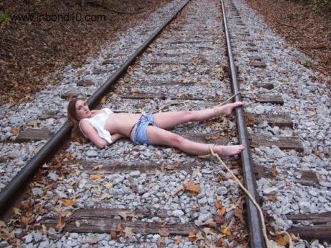 【調教】線路上に放置されて恐怖にひきつった女たちのエロ画像集(37枚)・22枚目