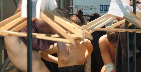 【画像】ファッションショーの舞台裏がヌード女子ばかりでエロ過ぎwwwwww・24枚目
