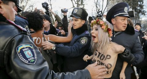 デモでおっぱい晒して警察に取り押さえられる海外美女のエロ画像集(34枚)・24枚目