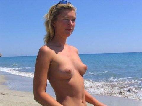 ヌーディストビーチで見つけたら勃起不可避なおっぱいがこちら(画像38枚)・24枚目