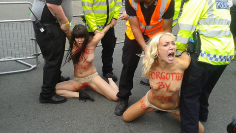 デモでおっぱい晒して警察に取り押さえられる海外美女のエロ画像集(34枚)・25枚目