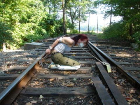 【調教】線路上に放置されて恐怖にひきつった女たちのエロ画像集(37枚)・27枚目