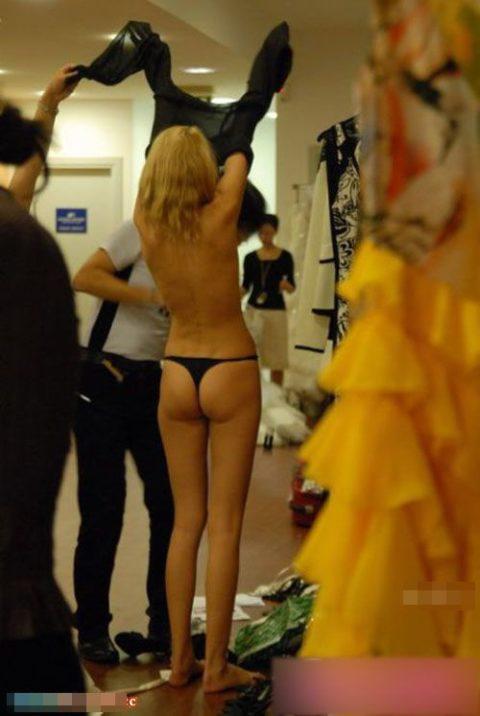 【画像】ファッションショーの舞台裏がヌード女子ばかりでエロ過ぎwwwwww・28枚目