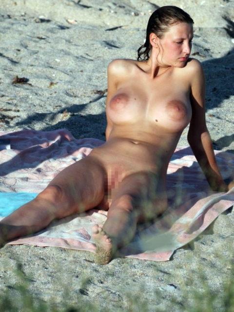ヌーディストビーチで見つけたら勃起不可避なおっぱいがこちら(画像38枚)・28枚目