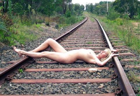 【調教】線路上に放置されて恐怖にひきつった女たちのエロ画像集(37枚)・29枚目