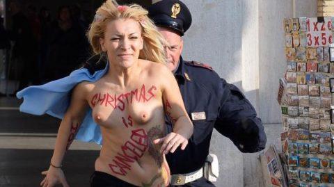 デモでおっぱい晒して警察に取り押さえられる海外美女のエロ画像集(34枚)・29枚目