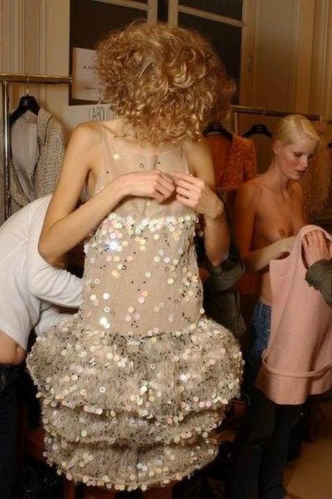 【画像】ファッションショーの舞台裏がヌード女子ばかりでエロ過ぎwwwwww・3枚目