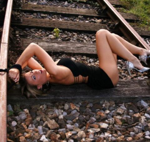 【調教】線路上に放置されて恐怖にひきつった女たちのエロ画像集(37枚)・3枚目