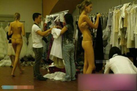 【画像】ファッションショーの舞台裏がヌード女子ばかりでエロ過ぎwwwwww・31枚目